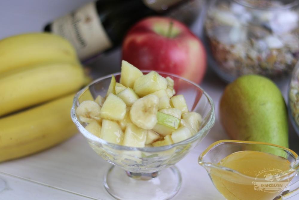 Фруктовый салат с яблоком, бананом и грушей