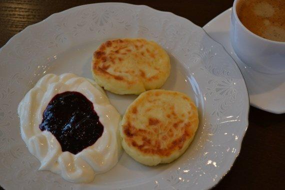 Творожные сырники со сметаной и с перетертой с сахаром черникой