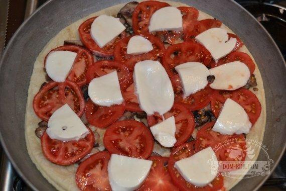 Сыр «Моцарелла» нарезаем тонкими кусочками и раскладываем равномерно