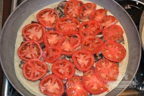 Тонкими кружочками нарезанные, томаты