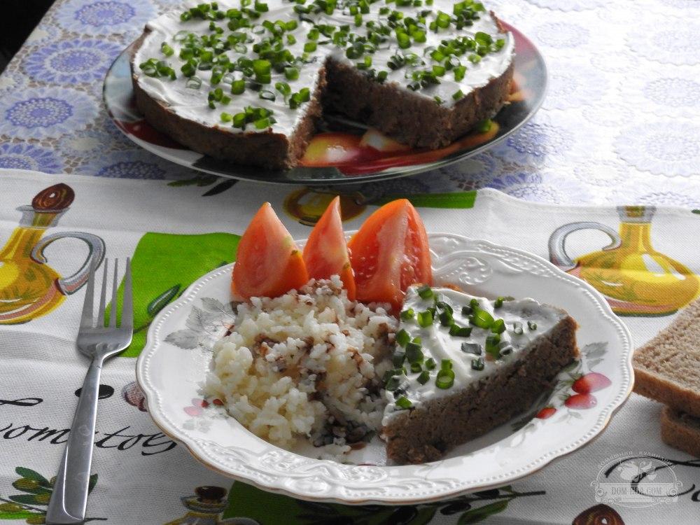 Подаем суфле из говядины со свежими овощами и отварным рисом. Приятного всем аппетита!