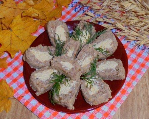 Закусочный рулет из печени и сыра