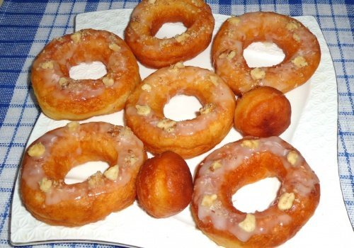 Дрожжевые пончики с сахарной глазурью