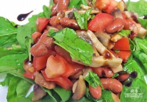 Теплый салат с рукколой, шампиньонами и фасолью