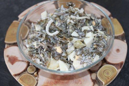 Салат из морской капусты с маринованными огурчиками