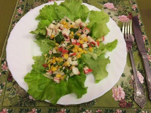 Антистрессовый салат с рукколой, авокадо и крабовым присутствием