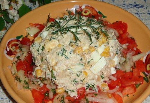 Куриный салат с маринованным луком и помидором