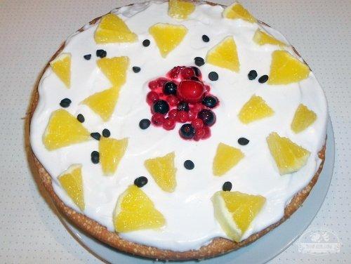 Домашний торт с белковым кремом и ягодами или фруктами