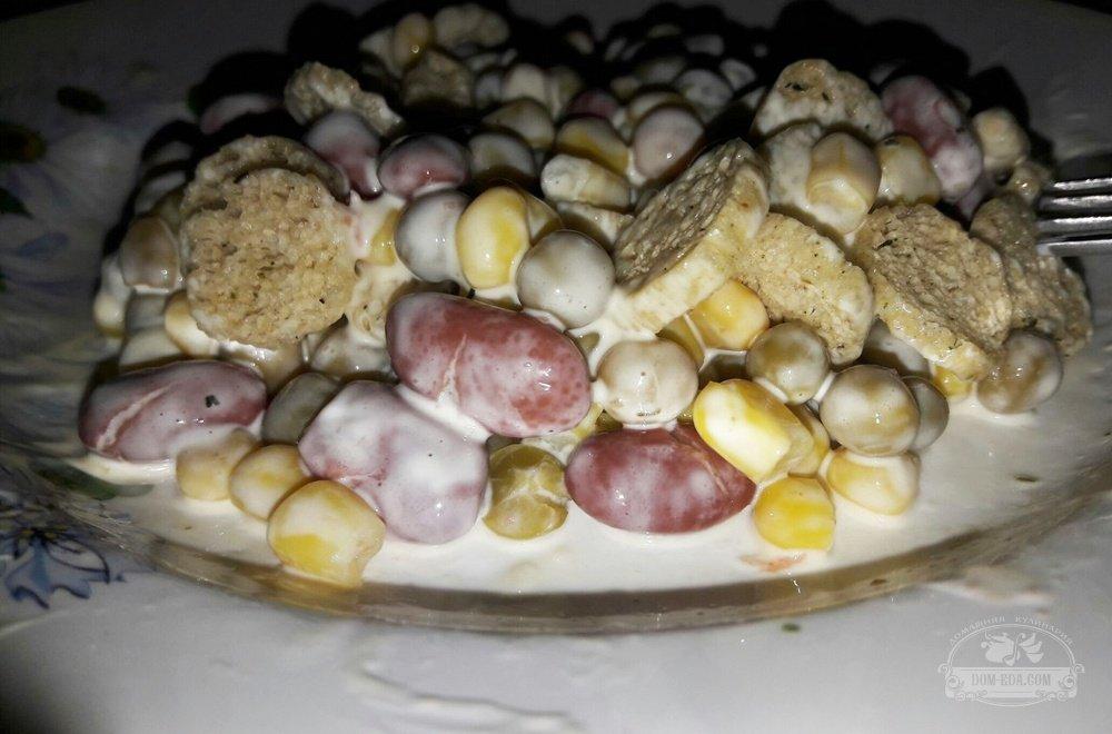 Салат студенческий с сухариками и фасолью