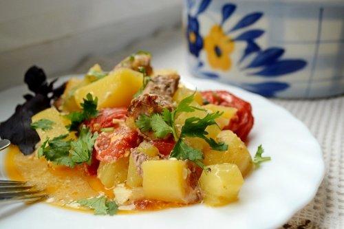 Запеченные овощи со свининой в горшочке