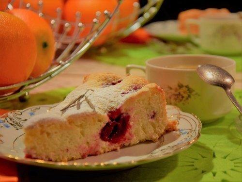 Бисквитный вишневый пирог