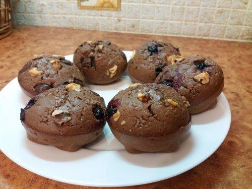 Шоколадные маффины с смородиной, орехами и кусочками шоколада