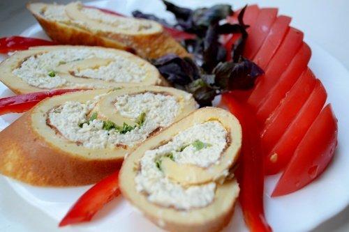 Закусочный рулет из омлета с сыром и зеленью