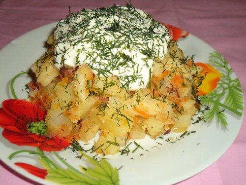 Картофель с галушками и колбасой на сале со сметаной