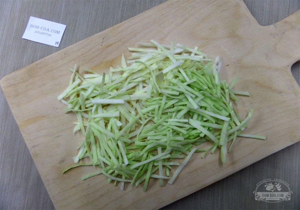 Салат из куриной грудки и сухариков