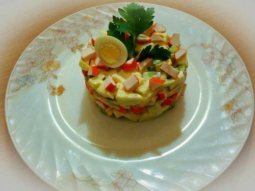Салат из крабовых палочек и авокадо с чесноком