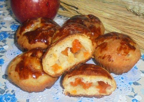 Дрожжевые кексы с курагой и яблоками