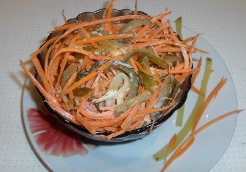 Острый закусочный салат с морковью и солеными огурцами