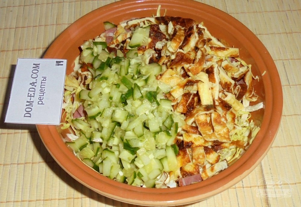 Салат с сухариками фасолью и колбасой рецепт с