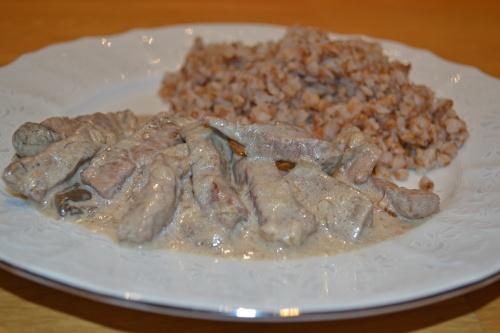 Гуляш из говядины в сливочно - грибном соусе