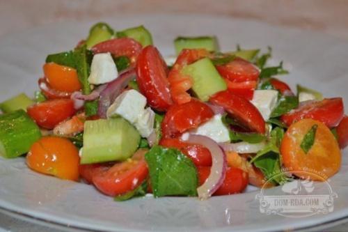 Салат из томатов черри, брынзой и листьями руколы