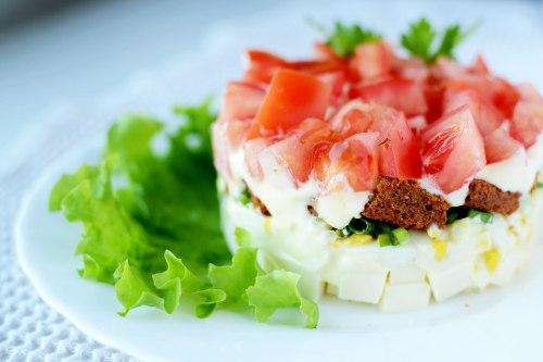 Сытный салат с сухариками, плавленым сыром и помидорами