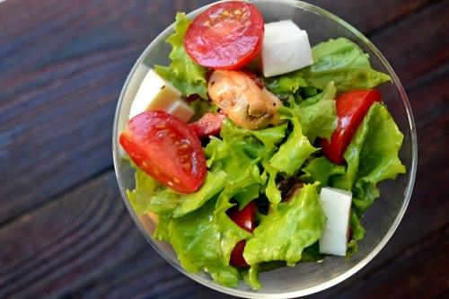 Салат с мидиями, моцареллой и овощами