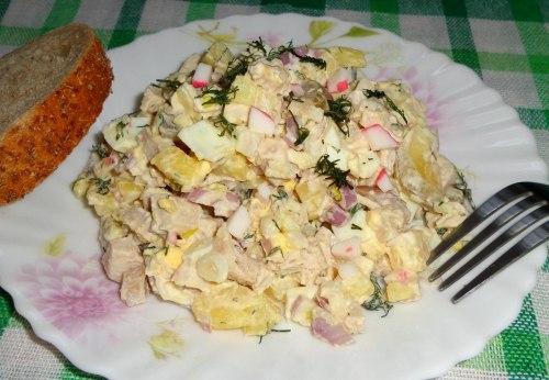 Салат с куриной грудкой и крабовыми палочками
