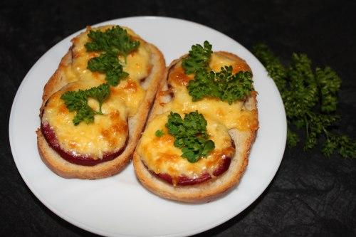 Бутерброды с тертой колбасой и сыром