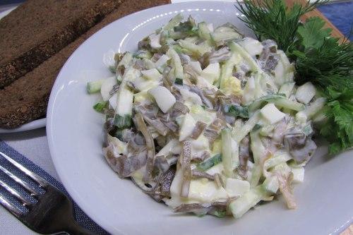 Салат из морской капусты со сметаной и свежим огурцом