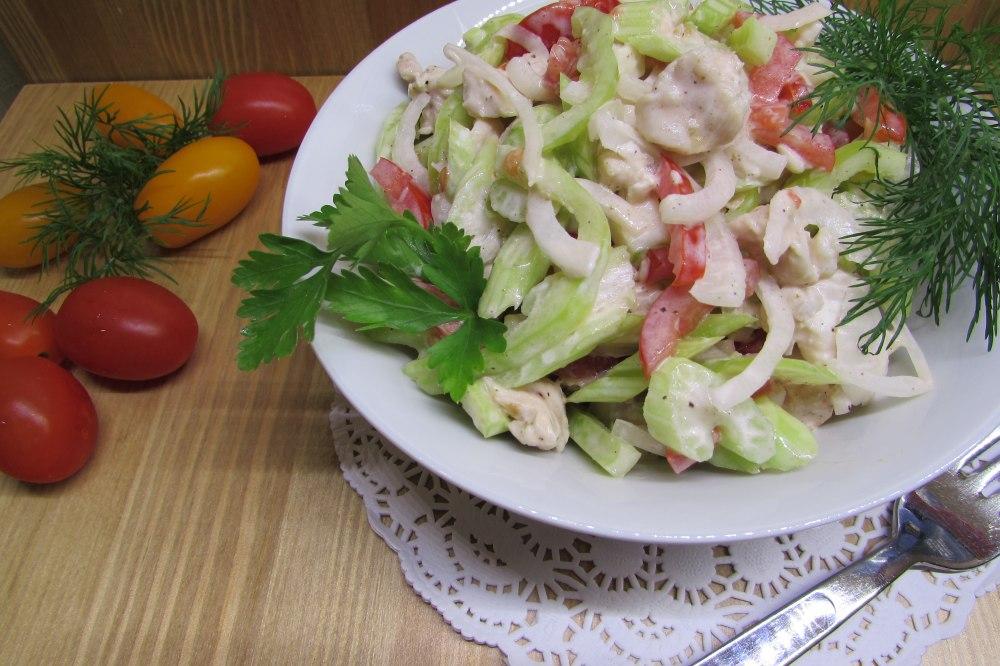 Салат из сельдерея с яблоком, сыром и майонезом 2 21 ингредиенты сельдерей черешковый относится к зимним овощам, поэтому именно зимой этот салат очень популярен и многими любим.