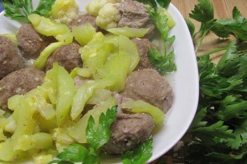 Нежные тефтели, тушеные с овощами в рукаве в духовке