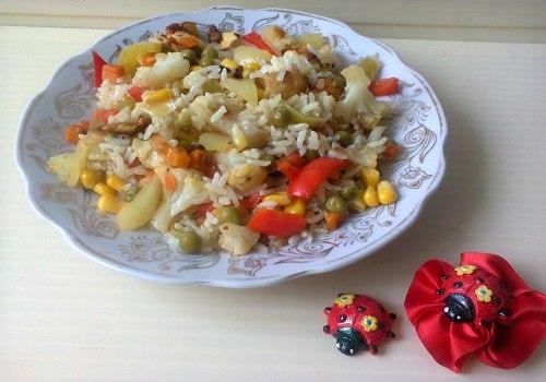 Рис, приготовленный на сковороде с овощами