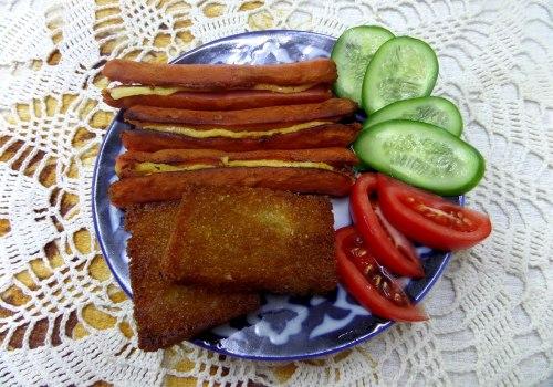 Сосиски с сыром, жаренные на сковороде на завтрак