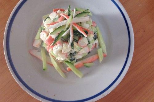 Крабовый салат с горчично-сметанной заправкой на скорую руку