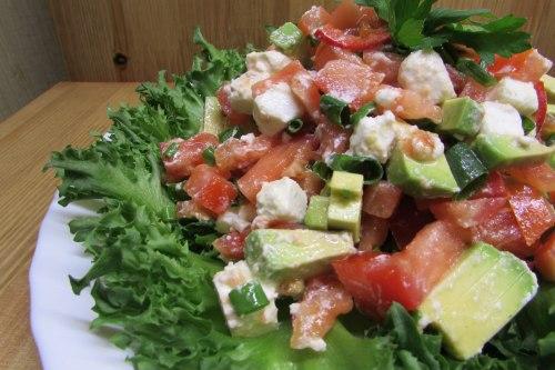 Салат с авокадо, брынзой и помидорами