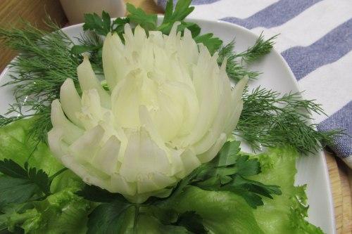 Хризантема из репчатого лука для украшения салатов