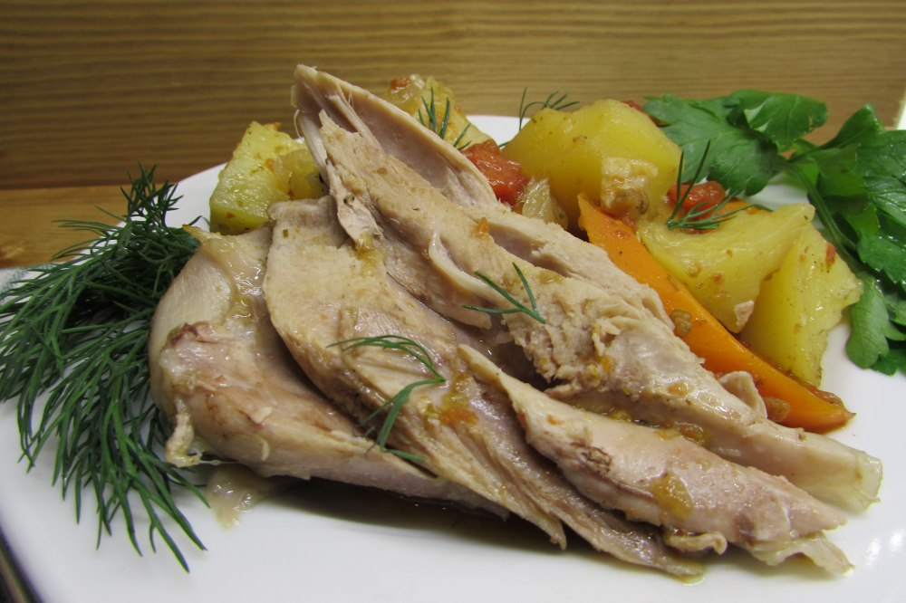 Стейки из бедра индейки с овощами в духовке