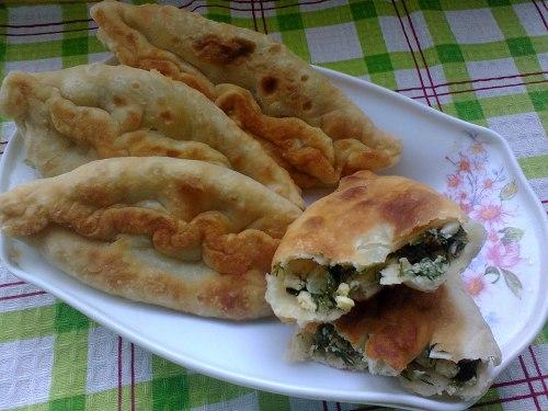 Пирожки с начинкой из яиц и зелени, жаренные на сковороде