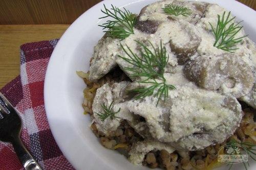 Печень куриная, тушеная с грибами и мускатным орехом в сметанном соусе