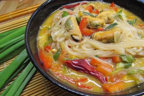 Рисовая лапша с мидиями и овощам