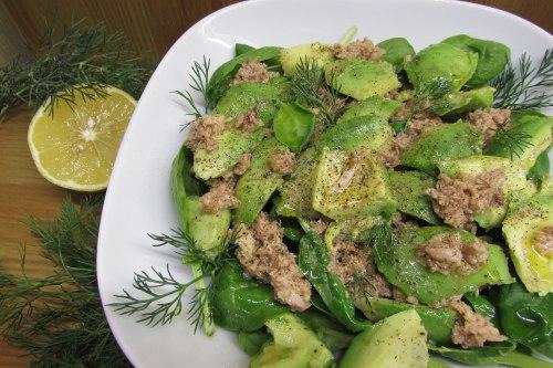 Салат из тунца с авокадо и шпинатом