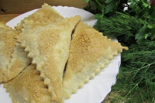 Слоеные пирожки с ветчиной и творожным сыром