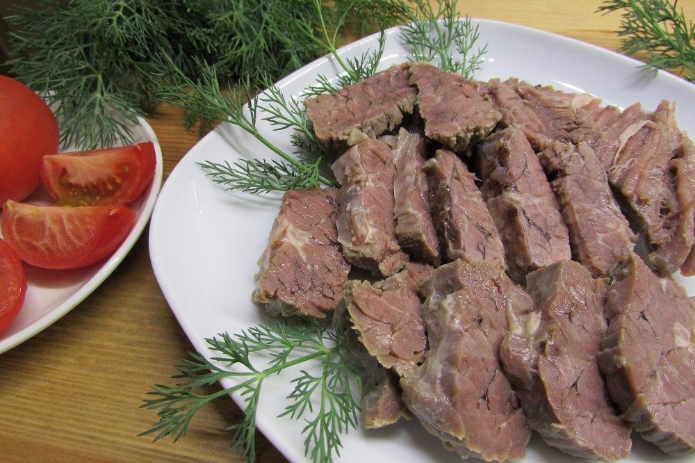Блюда из вареной говядины являются ценным источником белка, железа и целого ряда витаминов.