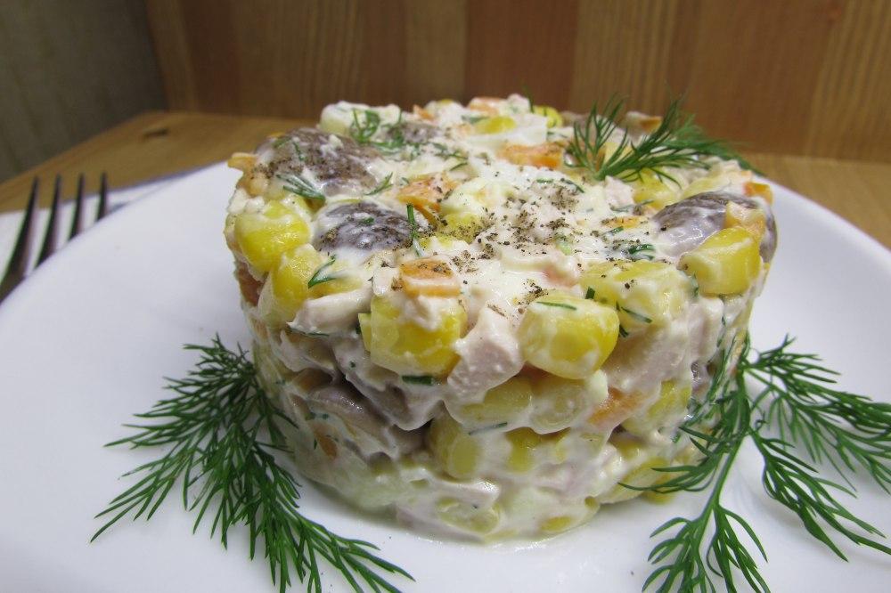 Салат с грибами и куриной копченой грудинкой, выполненный слоями, именно таковым и является.