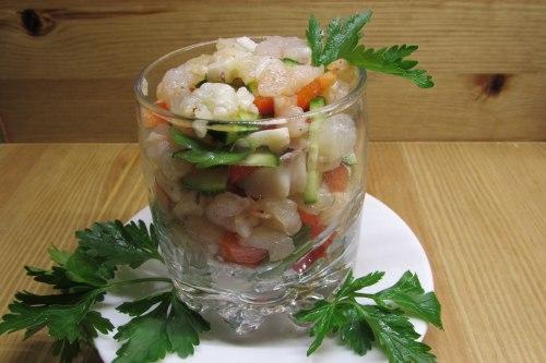 Салат с креветками, рыбой и овощами с легкой заправкой