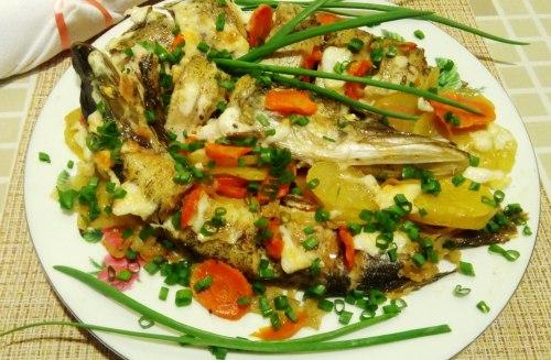 Щука с овощами в духовке