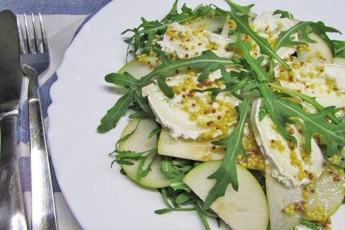 Салат из козьего сыра, груши и рукколы