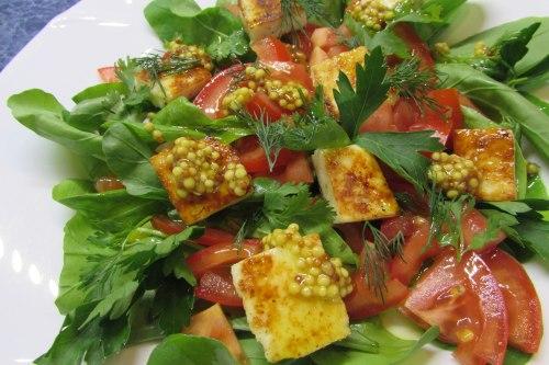 Салат с жареным адыгейским сыром и рукколой