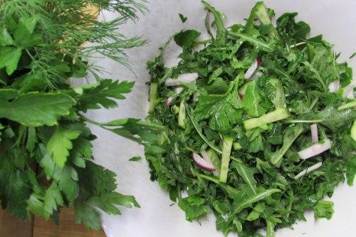Салат с ботвой редиса и овощами